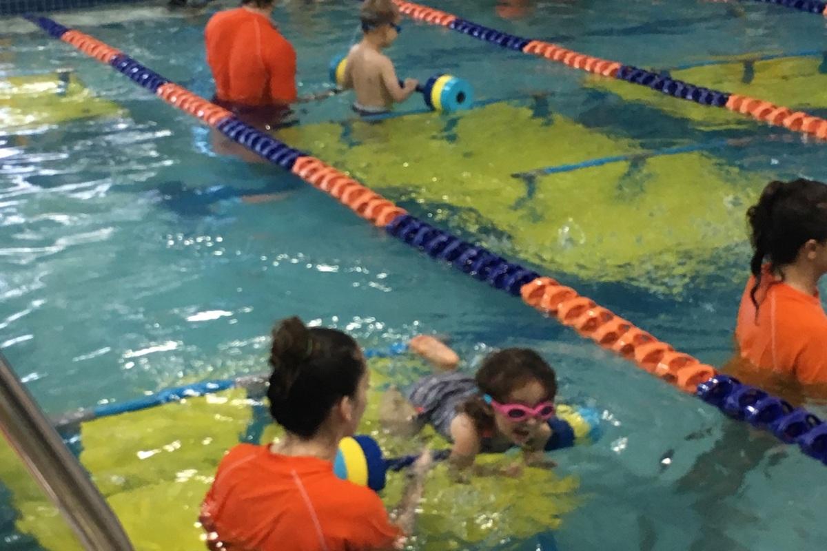 CBUS Dads blogger Steven Michalovich's daughter swimming in a Westerville Goldfish Swim School swim lesson.